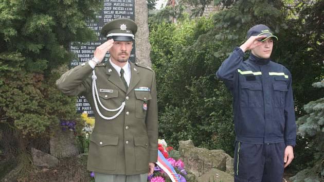 ČEST JEJICH PAMÁTCE! Položení věnce u pomníku padlých na návsi v Ledcích je nejdůležitějším aktem národní pouti