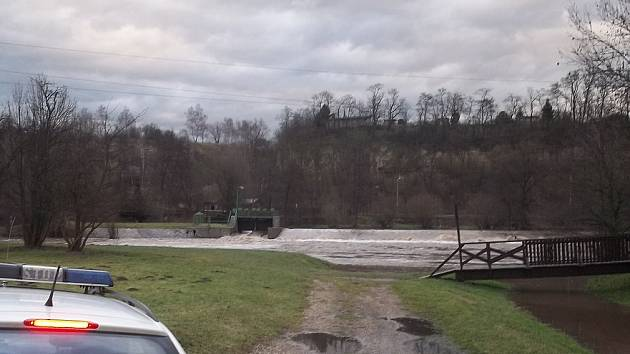 Hladina Jizery stoupá, na Podlázkách hrozí zavření silnice