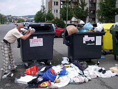 Odpadky z popelnice vyházel ven na ulici.