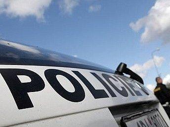 Policista musel vytáhnout proti pachateli zbraň