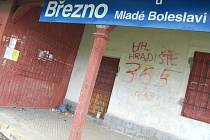 Při čekání na vlak na zastávce v Březnu u Mladé Boleslavi asi není pro řadu lidí příjemné. Před zavřenými dveřmi se povalují odložené kalhoty, krabicové víno. Všude odpudivý zápach.