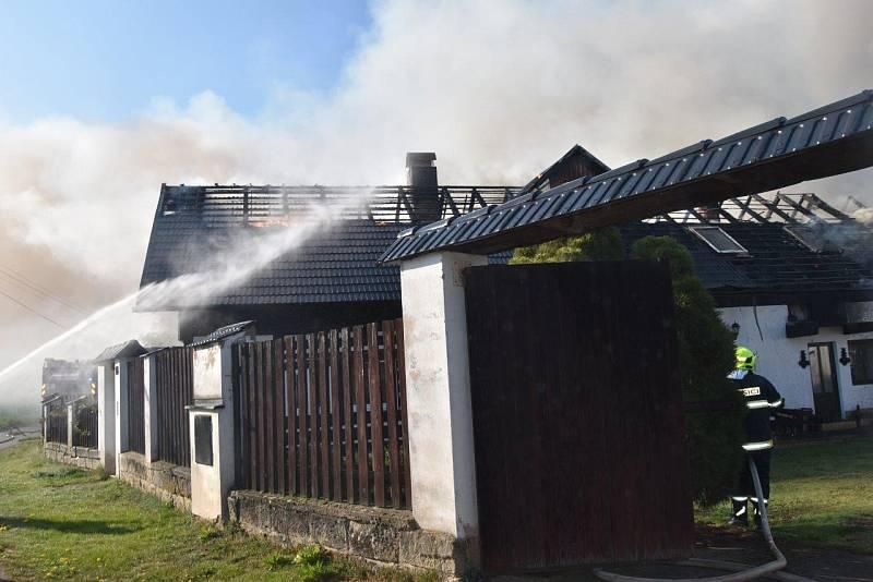 Požár penzionu v Českém ráji.