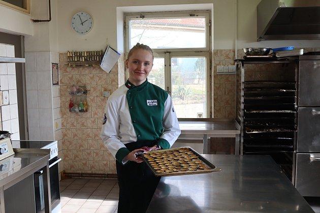 Jana ve školní pekárně vHorkách