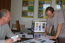 Pavel Filip z Kultury MB předal peníze zástupci Azylového domu v Čejetičkách