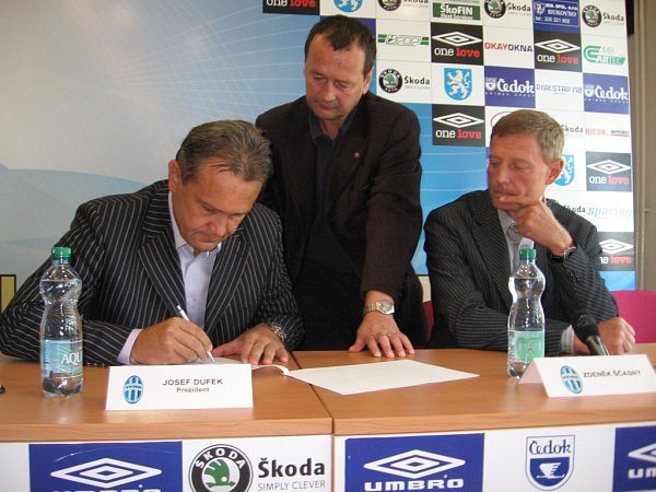 Prezident klubu Josef Dufek právě podepisuje se Zdeňkem Ščasným smlouvu.