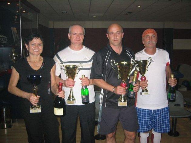 Nejúspěšnější hráči celoroční  série bowlingového turnaje Kohút Bowling Cup: (odleva) Dagmar Vaněčková, Leoš Beluško, Jaromír Čech a Pavlín Jirků.