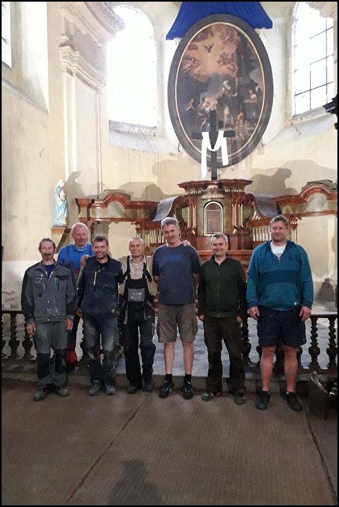 Instalace oltářního obrazu v kostele sv. Mikuláše v Horkách nad Jizerou.