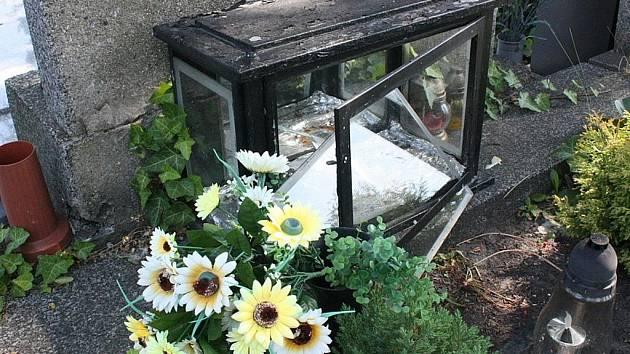 Rozbitá skříňka, odkud zloděj ukradl urnu s lidskými pozůstatky na boleslavském hřbitově.
