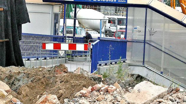 Budova nádraží v Mladé Boleslavi poblíž Škoda Auto Muzea už nestojí. V minulých dnech byla zbourána.