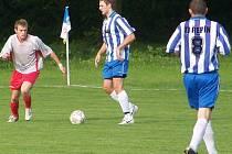 Bousovský záložník Jakubec (vlevo) se snaží zabránit akci řepínských hráčů