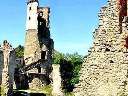 ZVÍŘETICE. Zříceninu hradu nyní vlastní město Bakov. Po nutné opravě s ním má velké plány.