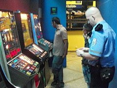 Mladí hazardní hráči i provozovatelé podniku si zadělali na problém.