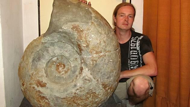 Martin Souček a obří schránka amonita Lewesiceras peramplum.