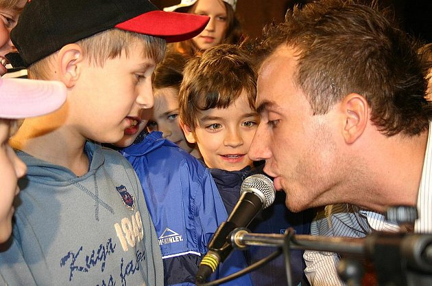 Filip Šubr zpívá s dětmi