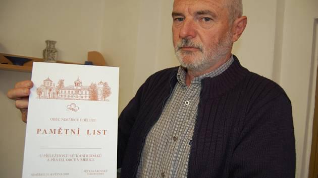 Starosta Niměřic Petr Svárovský s pamětním listem, který při setkání dostanou rodáci.