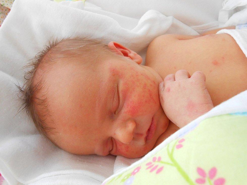 Mikuláš Hasoň se narodil 7. dubna, vážil 3,57 kg a měřil 49 cm. S maminkou Markétou a tatínkem Kamilem bude bydlet v Benátkách nad Jizerou, kde už se na něho těší sestřička Maruška.