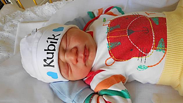 Jakub Vaisar se narodil 1. dubna, vážil 3,77 kg a měřil 51 cm. S maminkou Barborou a tatínkem Jakubem bude bydlet v Mladé Boleslavi, kde už se na něho těší sestřička Dominika.