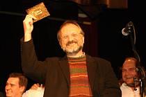 Kmotrem alba Na Scestí byl Václav Pinkava, který napsal text pro třetinu písní kapely.