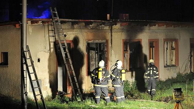 Hasiči likvidují požár bývalé drážní budovy v Mnichově Hradišti.