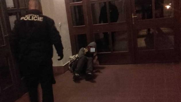 Bezdomovec si ustlal ve vestibulu pečovatelského domu.