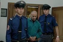 Z bestiální vraždy byl obžalován bývalý pacient Psychiatrické léčebny Kosmonosy Marián Rafael (na fotografii uprostřed). Otřesným případem se začal zabývat Krajský soud v Praze.