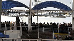 Fanoušci Baníku na tribuně v Mladé Boleslavi s početným policejním doprovodem.