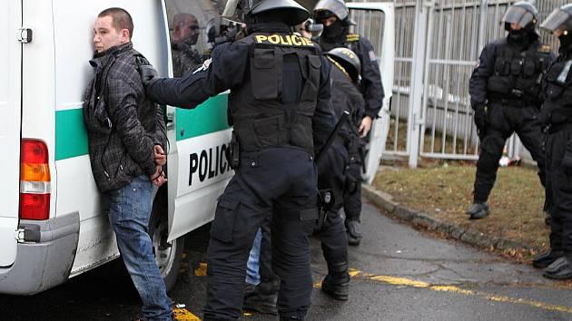Tohoto fanouška policie zkontrolovala po bitce na stadionu.
