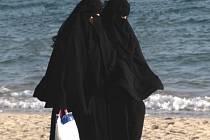 Jemenské ženy na pláži.