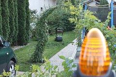 Dvouletému chlapci v Husí Lhotě na Mladoboleslavsku amputovala sekačka ruku.