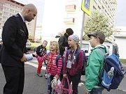 Děti u školy poučoval policista o správném přecházení