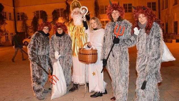 Poslední listopadový večer se v Kosmonosech rozsvítil vánoční stromeček.