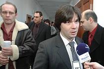 Obžalovaní, právníci a veřejnost u soudu s údajnými rozkrádači Škodovky. U mikrofonu odpovídá právník Jiří Schüller.