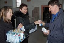 Předávání stříbrných plaket bezplatným dárcům krve.