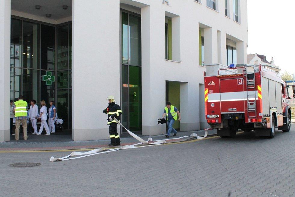 Hasiči zasahovali v nemocnici při taktickém cvičení. Hořel rozvadeč