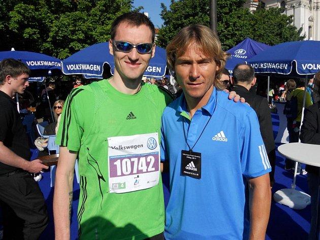 Vojtěch Koudelka při pražském maratonu s Pavlem Nedvědem
