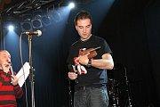 2. místo v kategorii zpěvák roku patřilo nečekaně Filipu Šubrovi.