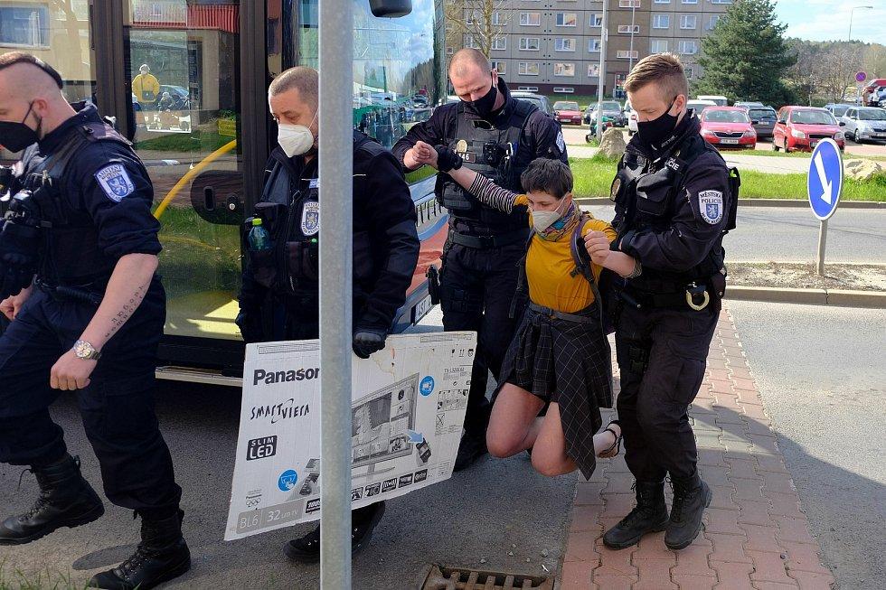 Aktivistka chtěla zachránit planetu. Vrhla se pod plynový autobus.