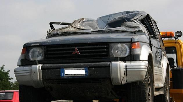 Střecha Mitsubishi byla nárazem zcela zdemolována.