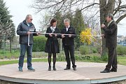 František Němeček, starosta Zdětína, předal obyvatelům do užívání chodníky na návsi, zateplený obecní úřad a nové hřiště mateřské školy v přírodním stylu