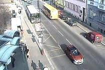 Odjíždějící oranžové vozidlo v pravé části snímku, tak jak ho po nehodě zachytila kamera městské policie