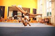 """Hodně lidí si cheerleading plete s roztleskávačkami. """"Nevědí, co sportovní cheerleading je. Je to vlastně taneční sport s prvky akrobacie,"""" vysvětluje Petra Janečková, zakladatelka týmu."""