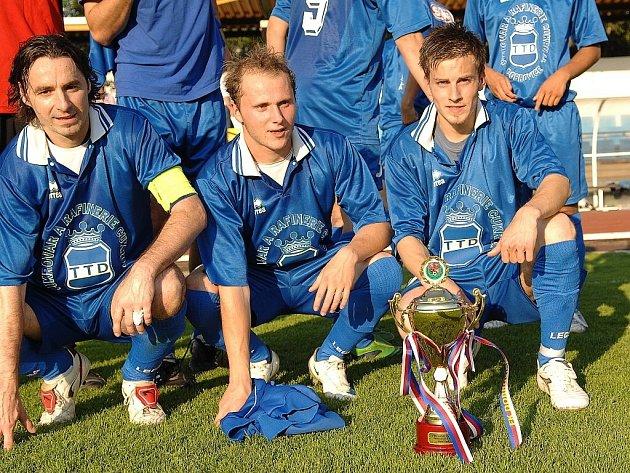 Hráči Dobrovice z pohárem pro vítěze