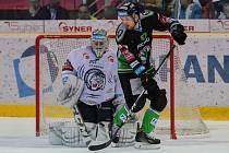Utkání 52. kola Tipsport extraligy ledního hokeje se odehrálo 3. března 2017 v liberecké Home Credit areně. Utkaly se celky Bílí Tygři Liberec a BK Mladá Boleslav. Na snímku zprava Pavel Musil a brankářJán Lašák.
