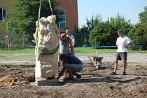 Nainstalovat sochy na podstavce v areálu Kliniky Dr. Pírka v Mladé Boleslavi nebylo snadné. Pomoci musel autojeřáb.