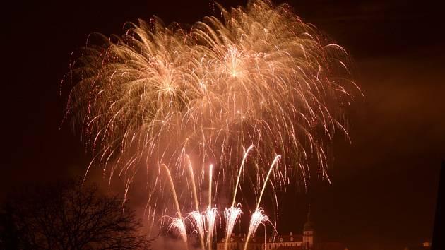 Novoroční ohňostroj, který proběhl v Benátkách nad Jizerou