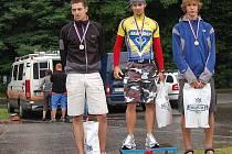 Nejlepší trojice traitlonistů v závodě amatérů v Bukovině: (odleva) Pavel Piskáček, Pavel Nosek (vítěz), Vít Zahula.