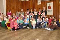 O cvičení rodičů s dětmi je v mnichovohradišťské sokolovně velký zájem