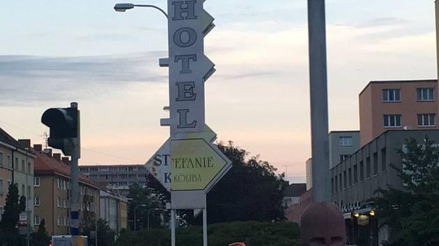 Cedule odkazující na zavřený hotel má zmizet