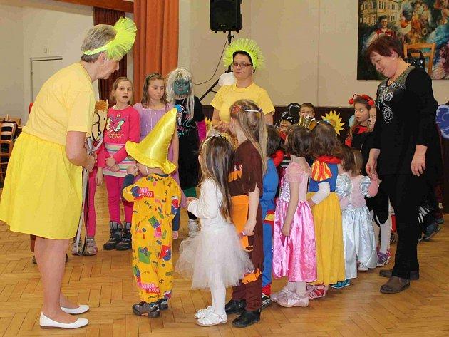 Dětské maškarní v Březovicích přilákalo přes třicet ratolestí v maskách a kostýmech