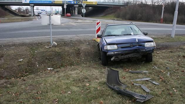 Vozidlo skončilo po nehodě v příkopu
